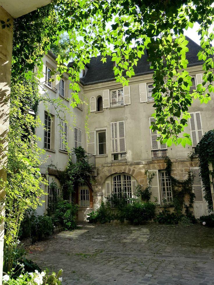 Cour de Rohan Paris 75006 Première courette. Ici se trouve l'atelier du peintre Balthus... Le vrai nom de l'endroit est Cour de Rouen devenu Rouan avec le temps puis Rohan. Je sais, je chipote...