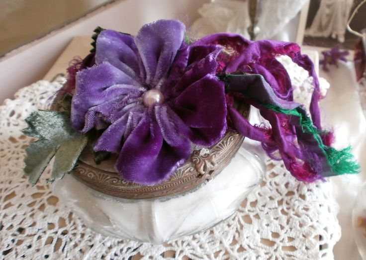 Just Lilla: tutorial on making velvet flowers