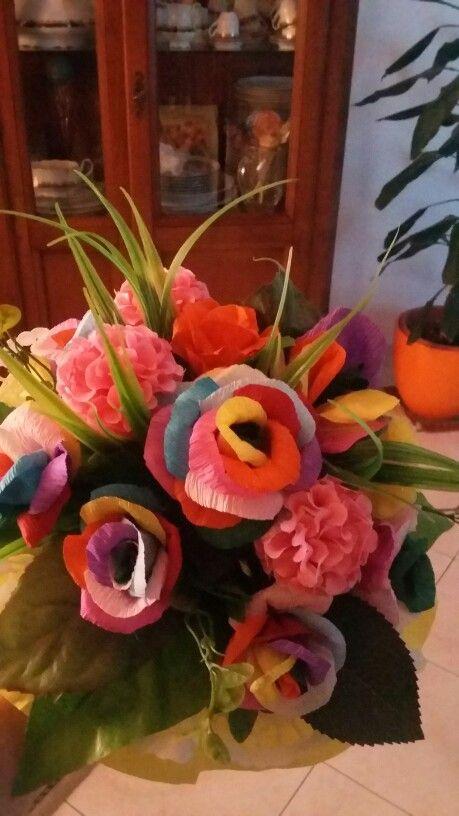 Bouquet di rose arcobaleno in carta crespa