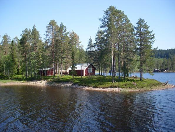 Rustikales Ferienhaus mit Wildmarkspool, Ruderboot, ggf. mit Motor, in herrlicher Alleinlage auf Landzunge direkt am See; für Naturliebhaber, die Ruhe und Ursprünglichkeit suchen!
