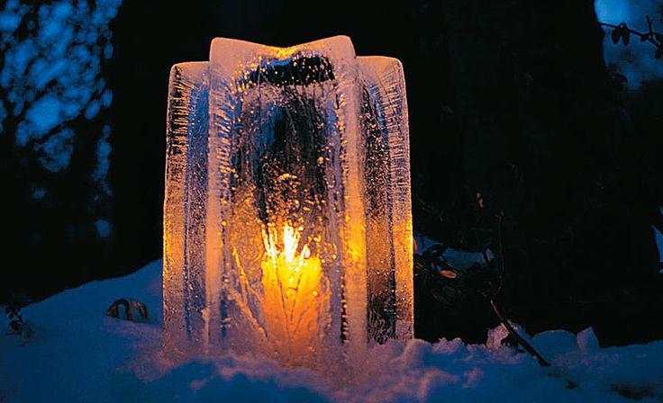 Diese Eis-Laterne kann man ganz einfach selbst machen. Mit Hilfe einer Gefrierschale wird Wasser in der Gefriertruhe (oder auch draußen, wenn es kalt genug wird) eingefroren. Dann einfach eine Kerze rein, und schon ist der Hingucker im Garten fertig. Mit gefärbtem Wasser erzielt man tolle Effekte!!