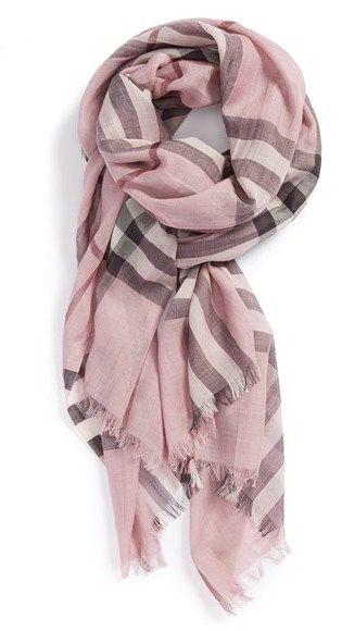 €357, Écharpe imprimée rose Burberry. De Nordstrom. Cliquez ici pour plus d'informations: https://lookastic.com/women/shop_items/103127/redirect