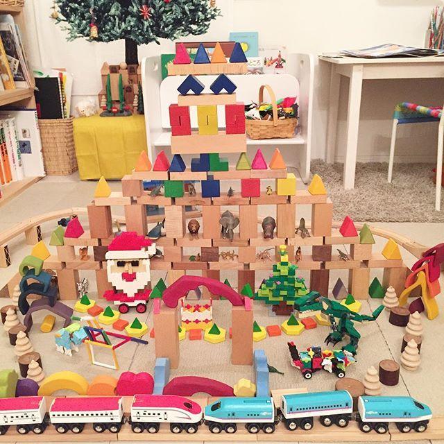 17.12.16#積み木でおもちゃの国ホテル 最終的にこんなになりました!盛りだくさん〜😂夢の国だな〜😍🌈 ・ それでアドベントクリスマスものがたりっていうのをしているんですが、左奥のツリー下の宿やに毎日小人がやってきて贈り物をしてくれます。それで今夜来る小人さんこのおもちゃ欲しくなっちゃうんじゃない?って息子😆💕毎日プレゼントもらっているからあげてもいっか〜って。太っ腹! ←意味分からなかったらごめんなさい💦 #積み木r #grimmswoodentoys #積み木遊び#LEGO#パターンブロック#LaQ#レール遊び#ムルティポ#動物フィギュア#クリスマスプレゼント#夢の国#おもちゃの国#泊まってみたい