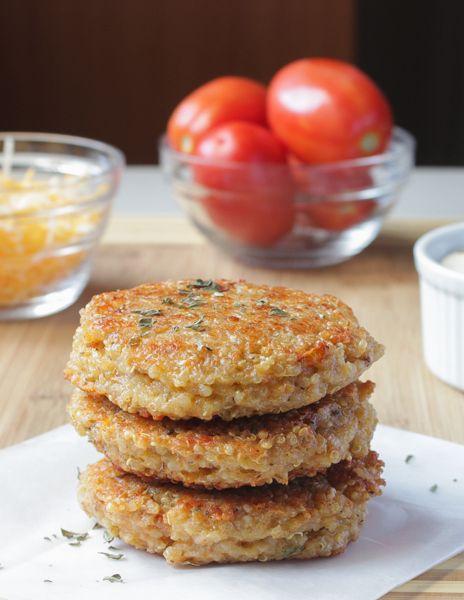 Tomates séchées au soleil et Mozzarella Quinoa Veggie Burgers.  délicieux, des hamburgers végétariens fous que le goût plein de saveur et sont le remplissage et sont très faciles à faire sans gluten et végétaliens!