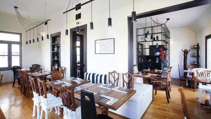 Παιχνιδιάρικο προχωρημένο gastro pub με όμορφο concept που κάνει τη διαφορά στην καρδιά της τουριστίλας, στη συνοικία των θεών. Έξυπνο ντεκόρ, καλές τιμές και παιχνιδιάρικη κουζίνα το κάνουν «πρέπει» για ωραία ασυνήθιστη έξοδο.
