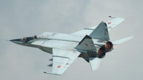 МиГ-31 (по классификации НАТО Foxhound) — советский/российский всепогодный двухместный сверхзвуковой истребитель-перехватчик дальнего радиуса действия. Истребитель-перехватчик МиГ-31 предназначен для перехвата и последующего уничтожения воздушных целей во всем диапазоне высот в любой время суток в простых и сложных метеорологических условиях.  Подробнее: http://sneg5.com/obshchestvo/vooruzhenie-aviaciya/istrebitel-perehvatchik-mig-31.html