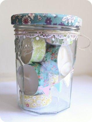 Voici une p'tite idée cadeau pour remercier un proche ou juste pour le simple plaisir d'offrir. On sort de l'emballage traditionnel ( boîte, sachet, etc...) et on recycle un pot de confiture. On mise sur des valeurs sûres : fleurettes, masking tape et...