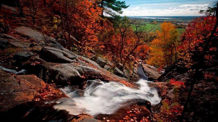 12 sentiers gratuits pour profiter des couleurs d'automne au Québec   Espaces   Chute de Liskville, parc de la Gatineau, Québec, Canada.