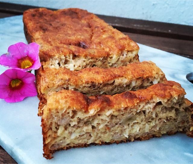Det her skal du prøve! Bananbrødet, som bare hopper lige ned i din mavse, fordi det smager helt himmelsk. Ingredienserne til dette brød, er nogle mange har liggende i skufferne, og de er super nemme at lave! Virkelig! Og så smager det bare vildt godt sammen med ost!....