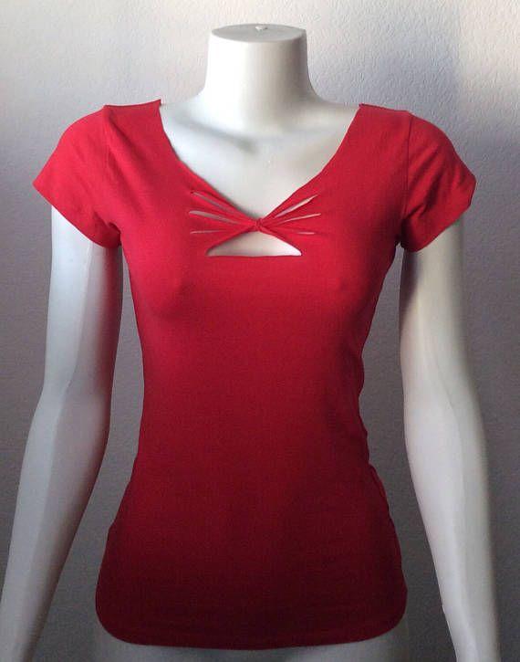 Inspiré par Adam Saaks Womans rouge découpé de t-shirt.