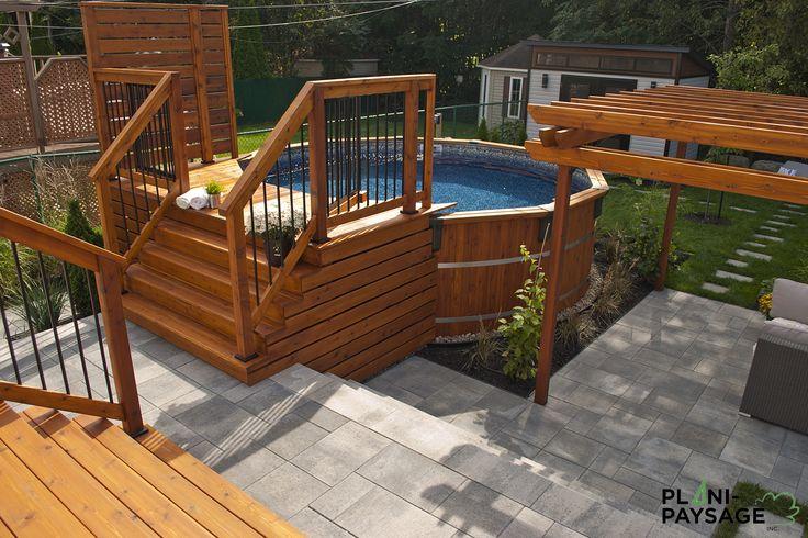 Cour urbaine avec piscine hors-terre, pergola, terrasses, patios et spa, par Plani-paysage: Designer de jardin et Paysagiste certifié.