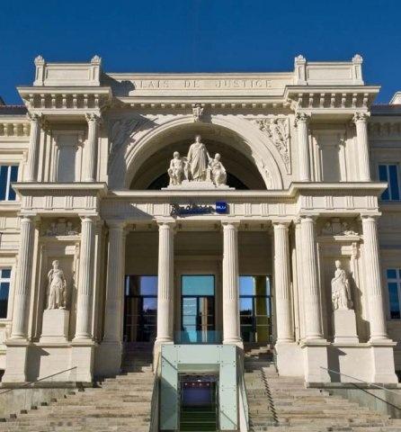 Hôtel Radisson Blu à Nantes, un ancien Palais de Justice est transformé en hôtel international 4 étoiles.