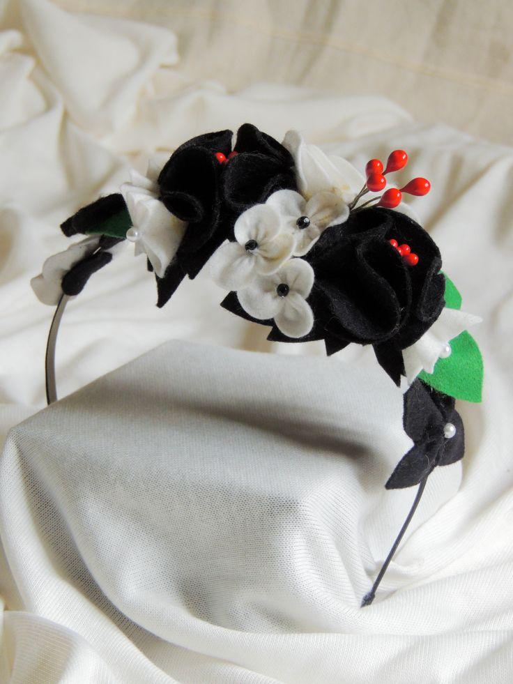 Kovová čelenka s filcovými květy black&white.  Cena za jeden kus 350,- Kč (13 euro)