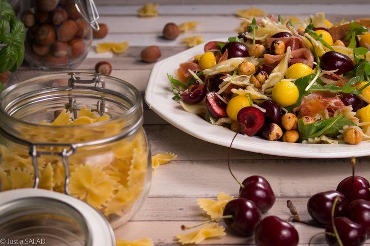 MOTYLA NOGA. Sałatka z makaronem, rukolą, szynką włoską, czereśniami, mango i orzechami laskowymi.