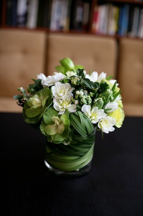 green and white centerpiece www.tablescapesbydesign.com…