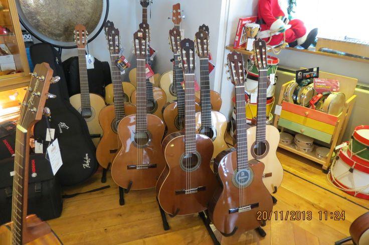 Bom dia e um óptimo fim de semana! Procura uma guitarra clássica? Venha ao Salão Musical de Lisboa ver as guitarras Alhambra, ou veja os modelos que temos para lhe propor no nosso website www.salaomusical.com