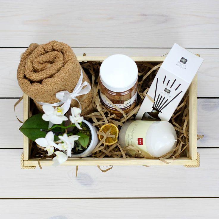 В комплект входит: - Диффузор-ароматизатор - Орхидея (мини) - Соль для ванны - Полотенце - Свечка - Ящик - Декор
