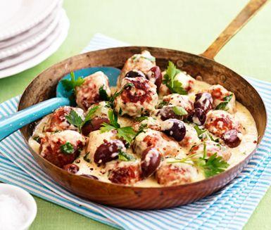 Gräddiga köttbullar med oliver och persilja