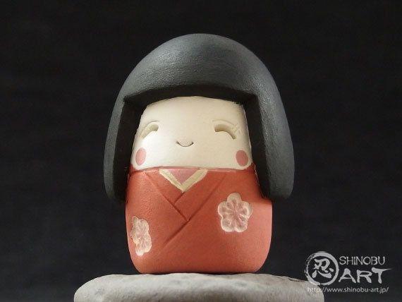 Etsy のShinobu Araki Art・Ceramic Girl In Japanese Traditional Costume(ショップ名:ShinobuArakiArt)
