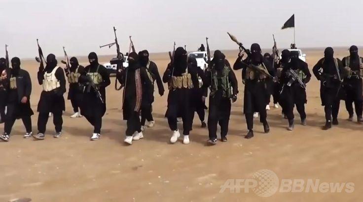 イスラム教スンニ(Sunni)派武装勢力「イラク・レバントのイスラム国(Islamic State of Iraq and the Levant、ISIL)」(現「イスラム国(Islamic State)」)が公開した、イラク・ニナワ(Nineveh)州で集結する同勢力の戦闘員らを写したとされる動画からの一コマ(2014年6月11日公開)。(c)AFP/ISIL ▼30Jun2014AFP|イスラム過激派、シリア反体制派8人処刑 遺体はりつけに NGO http://www.afpbb.com/articles/-/3019202