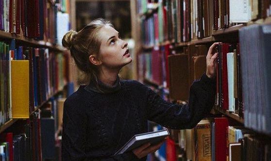 """Cuando las personas dicen """"no me gusta leer"""", lo principal que aparece en mi mente es, """"porque no has leído el libro adecuado"""". Muchas personas creen ..."""