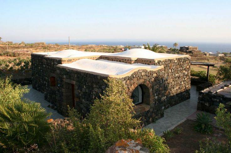 Il Dammuso Anforetta, con i tetti bianchi di calce tipici di Pantelleria. #pantelleria #dammusi - Dammuso Anforetta
