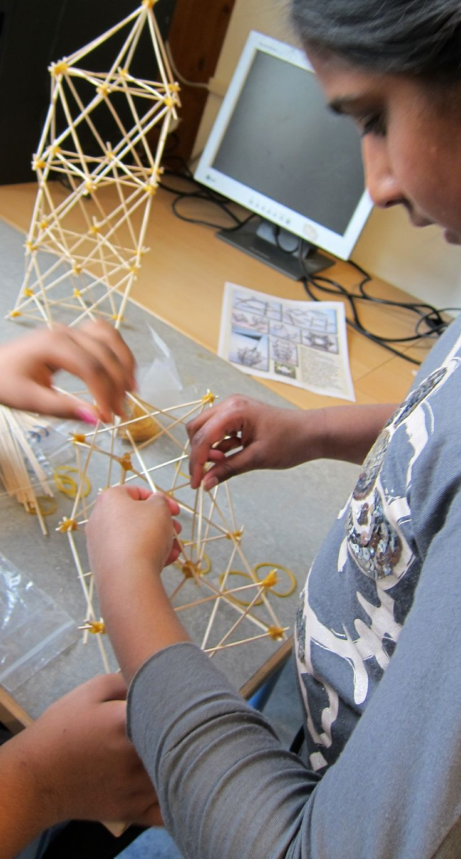 Ruimtelijk bouwen met stokjes en elastiek.
