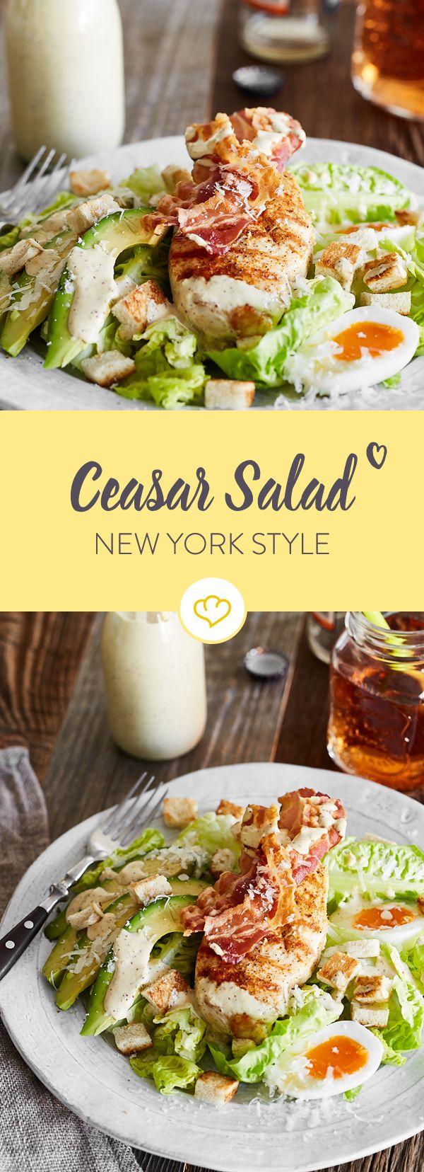 Einfach nur Caesar Salad reicht dir nicht. Bei dir gibt es dazu Hähnchen, Bacon, Avocado und Ei - darüber ein selbstgemachtes Dressing gegossen und fertig!