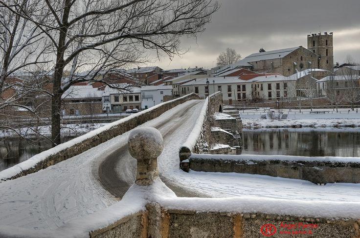 El puente románico de El Barco, en un día de nieve