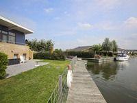 In watersportdorp Lemmer op Marinapark Tacozijl nabij het IJsselmeer en de Groote Brekken ligt deze riante RECREATIEVILLA. Deze woning is gebouwd omstreeks 2010 op een ruime kavel van circa 416 m² eigen grond met de aanlegsteiger voor uw boot (diepgang circa 2 meter) direct aan de kavel Mutserd 48 te Lemmer
