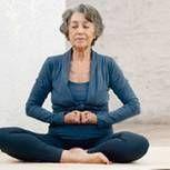 Mehr Vitalität und Ausgeglichenheit mit Hormon-Yoga: In unseren Videos zeigt die Entwicklerin der Therapie, Dinah Rodrigues, die sanften Übungen.