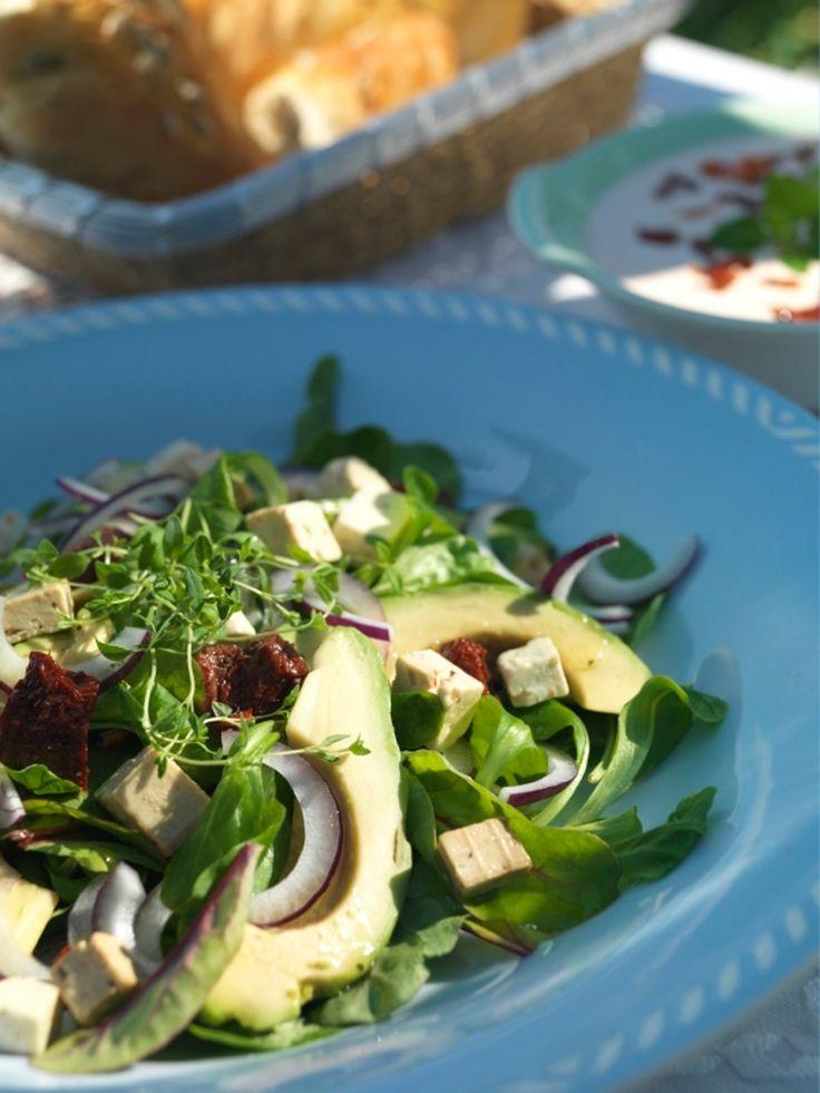 En herlig salat med smaker fra middelhavslandene. Med avocado, fetaost og soltørkede tomater passer den godt til for eksempel spekemat.