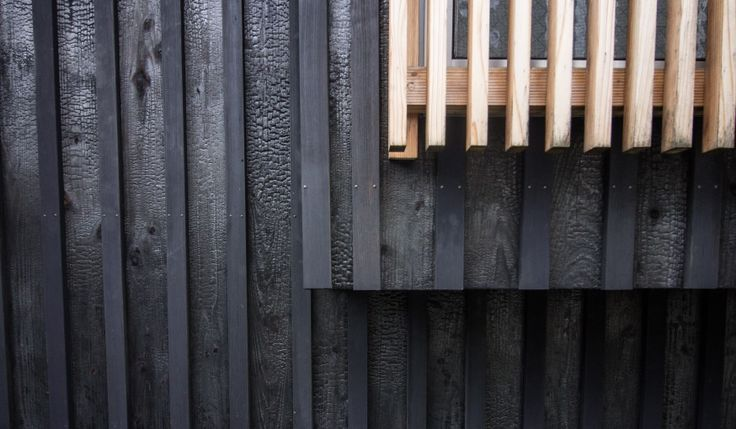 Le bois brûlé protège les maisons des insectes et de l'humidité.  © Clémence Leleu