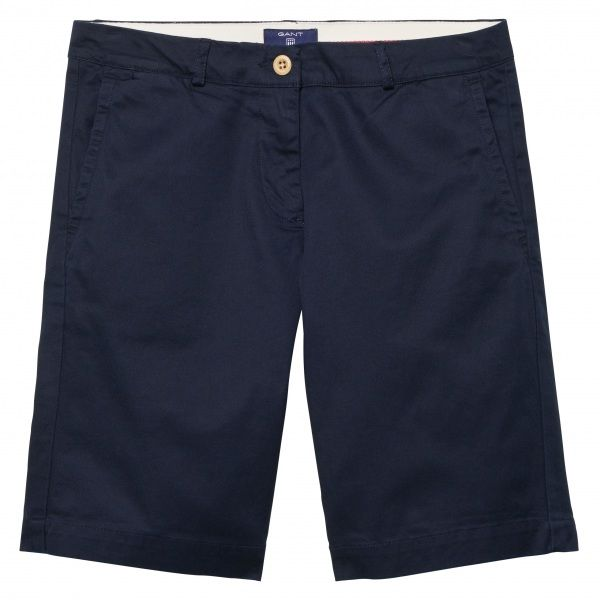 Our Chino Shorts, in stretch cotton, hit at mid-thigh and feature slanted side pockets, two buttoned welted back pockets with a woven GANT label above and a zip fly with button closure.
