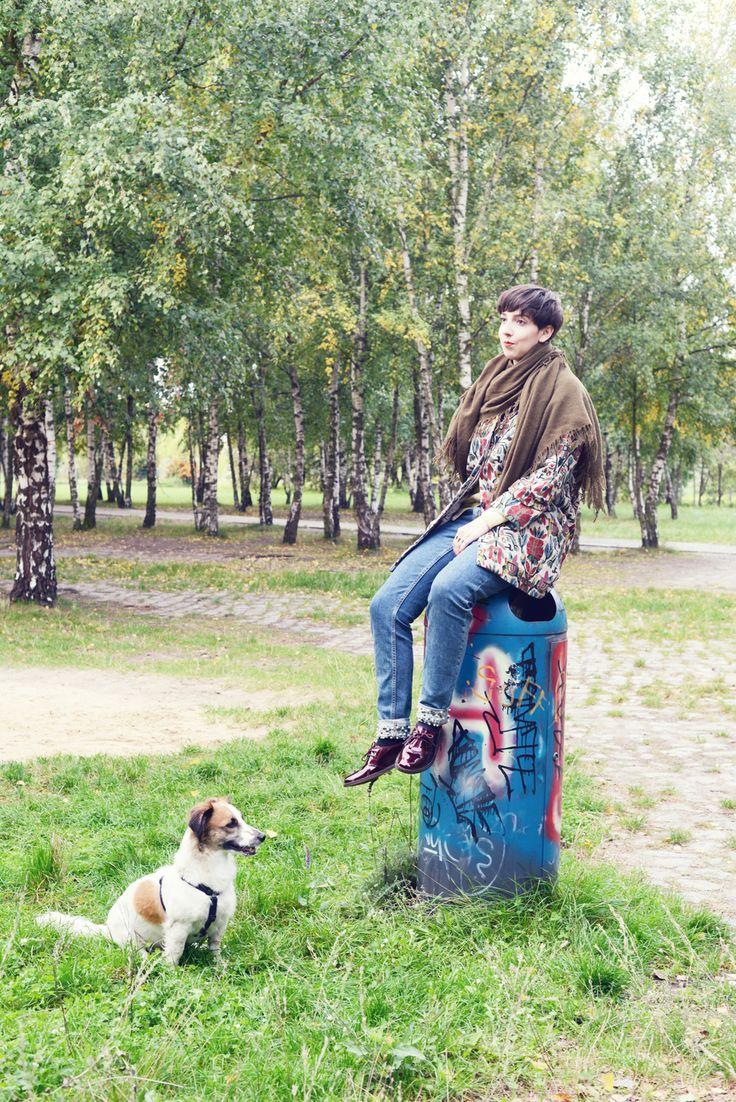 Amazing Anna liebt ihren Hund Lothar und geht oft mit ihm im Mauerpark Gassi Bequeme