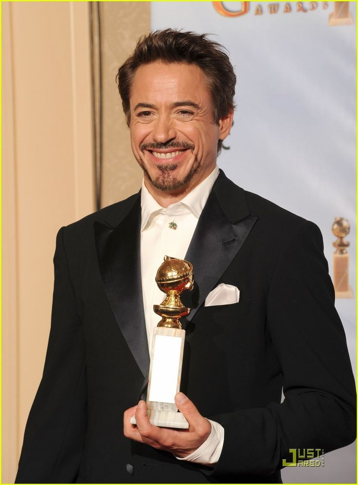 ✌️Robert Downey, Jr. and his wife Susan Downey pose together with the award for the Best Performance by an Actor in a Motion Picture - Comedy Or Musical award ✌️  Crediti: Just Jared  Passate dal nostro gruppo : https://www.facebook.com/groups/907125109438778/  Instagram : https://www.instagram.com/robert.downey.jr.italy/  -Stark-