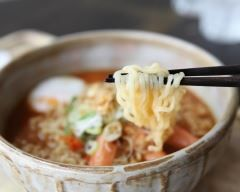 Soupe chinoise de vermicelles au poulet et aux crevettes : http://www.cuisineaz.com/recettes/soupe-chinoise-de-vermicelles-au-poulet-et-aux-crevettes-59490.aspx