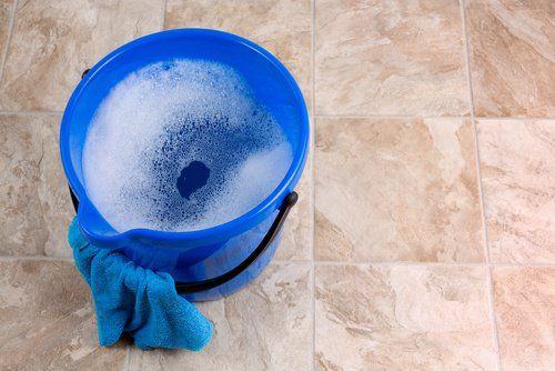 Amoníaco y jabón lavaplatos