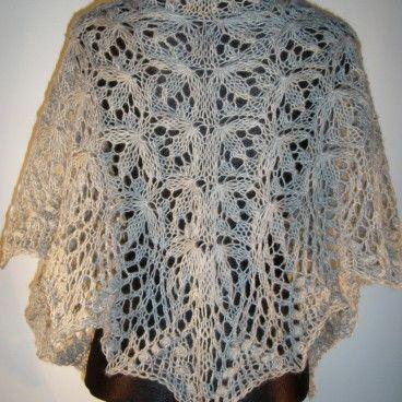 Ażurowa chusta robiona ręcznie na drutach