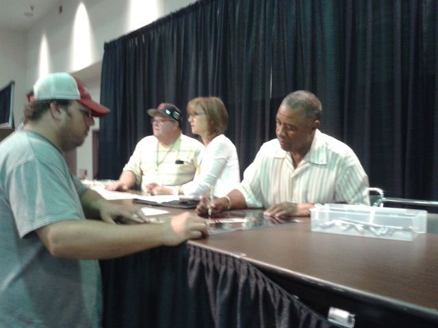 Ozzie Smith signing autographs: Vintage Card