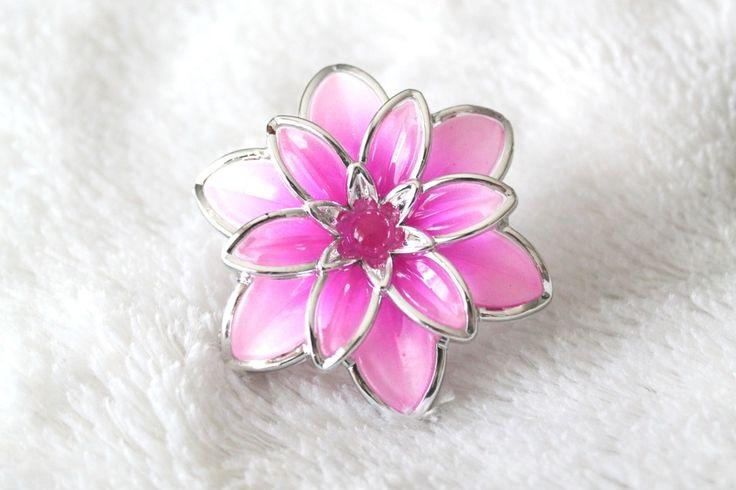 Grosse bague cabochon grosse fleur rose fuchsia : Bague par tom-fimo-creations