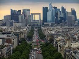 Futurystyczna dzielnica La Défense tak naprawdę nie znajduje się w Paryżu. Do paryskiego adresu mają bowiem prawo tylko rejony położone wewnątrz obwodnicy ...