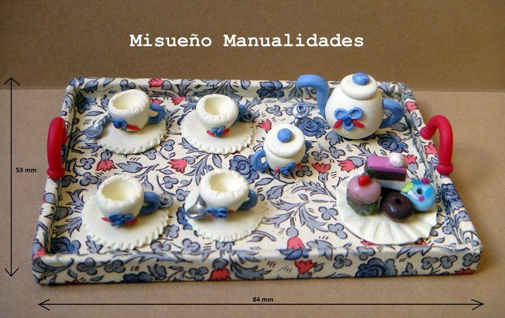 Miniatura en Fimo de bandeja de té. La bandeja está forrada con papel Varese, a la venta en Tinta Gris, c/ Amigó 49 en Barcelona.  www.misuenyo.com / www.misuenyo.es