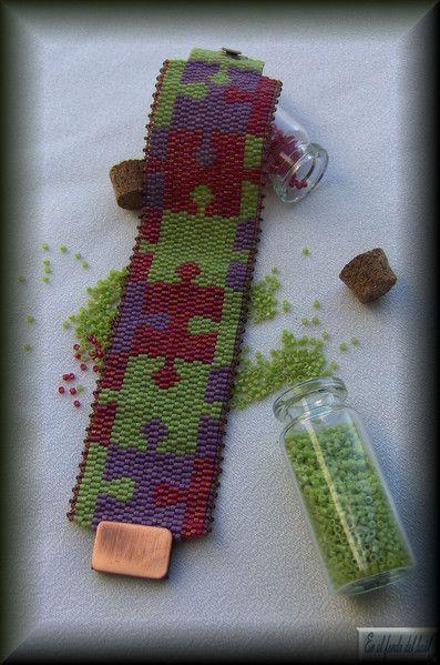 Manchette Puzzle - Delicas Miyuki tejidas formando piezas de puzzle. Está rematada con rocallas MIyuki. El cierre es plano de color cobre.