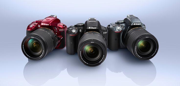 Die Nikon D5300 ist eine digitale Spiegelreflexkamera für Einsteiger, die sich vor allem durch einen dreh- und schwenkbaren Monitor von den anderen Nikon Spiegelreflexkameras abhebt. Nikon verbaut in der D5300 serienmäßig GPS und WLAN und im Gegensatz zum Vorgänger D5200 verzichtet die Nikon D5300 auf den Tiefpassfilter vor dem Sensor. Mehr über die kleine SLR erfährst du hier: http://www.pixelexperts.de/nikon-d5300-im-test/