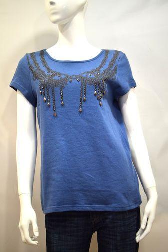 Preciosa camiseta de la fabulosa marca Color Block en tono azul marino de la talla S/M. Fabricada en 100% algodón. Con estampado central y detalles en pedrería que aportan un toque de distinción a este básico indispensable. Perfecto para combinar con unos Jeans y unos buenos tacones. La calidad del algodón hace que esta prenda además de cómoda, se adapte fácilmente a tu silueta. También