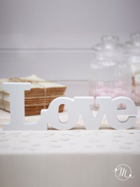Decorazione love. Le lettere di legno, in special modo di colore bianco, si prestano benissimo a personalizzare gli allestimenti del matrimonio in stile elegante e raffinato. Questa decorazione, che riporta la scritta Love, garantirà eleganza ad ogni angolo del vostro ricevimento, ovunque vogliate utilizzarla. Materiale: legno. Misure: 29 x 10 x 2.5 cm. #matrimonio #wedding #decorazione #love #legno #party #ceremony #nozze #allestimenti #accessori