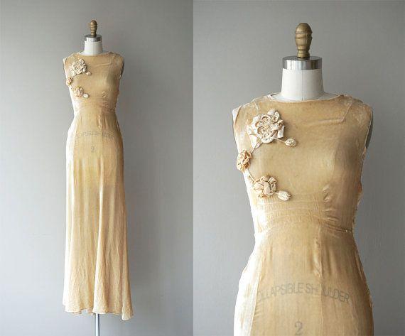 Robe de mariage de velours de soie vintage des années 1930 aux chandelles au chaud avec corsage sans manches, détail corsage dimensions floral crème,