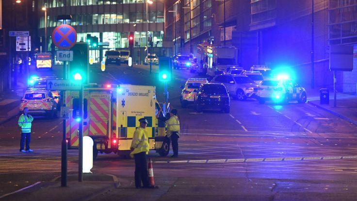 Un attentat a fait 22 morts et une soixantaine de blessés lundi soir à l'issue d'un concert d'Ariana Grande à l'extérieur de la salle Arena à Manchester, dans le nord-ouest de l'Angleterre.