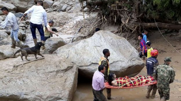 A woman being carried by rescue workers COLUMBIAN LANDSLIDES 2017,04/1 BBC NEWS svbva